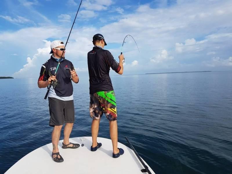 Pêche aux leurres en bateau en mangrove guadeloupéenne