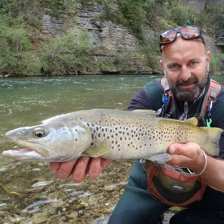Pêche de la truite aux leurres dans l'Aveyron